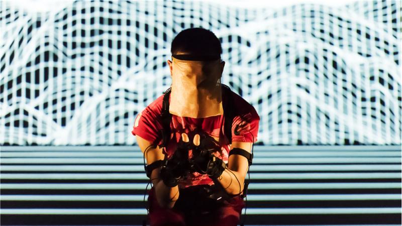 新加坡藝術家徐家輝在2019台北藝術節首度上演的舞踏表演「極黑之暗」。(台北藝術節提供)