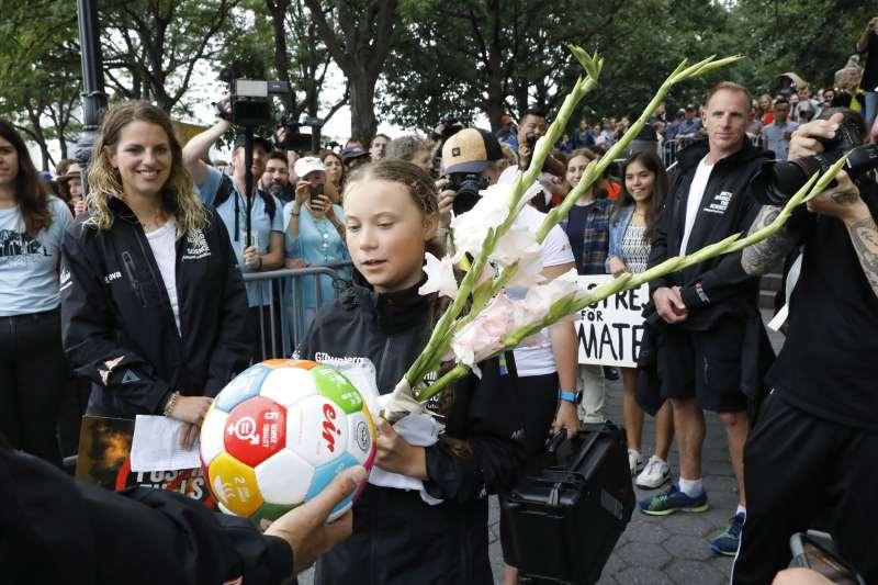 桑伯格抵達紐約後,現場支持者送上鮮花(美聯社)
