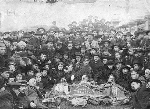 1905年崩得黨人與在奧德薩大屠殺(Odessa pogroms)中遇害的同志合影。(取自維基百科)