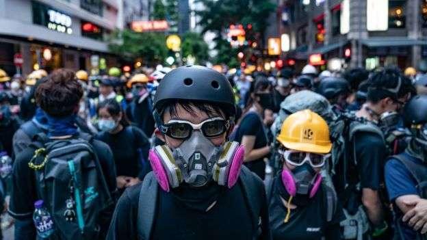 香港灣仔街頭身穿保護裝備的示威者與警察對峙。(BBC中文網資料照,11/8/2019)
