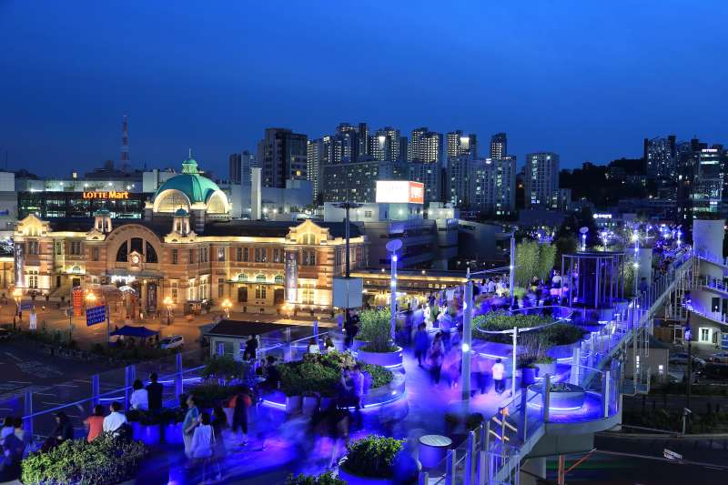 首爾路7017在夜間更具獨特風情,與舊首爾車站相望。(首爾市政府提供)