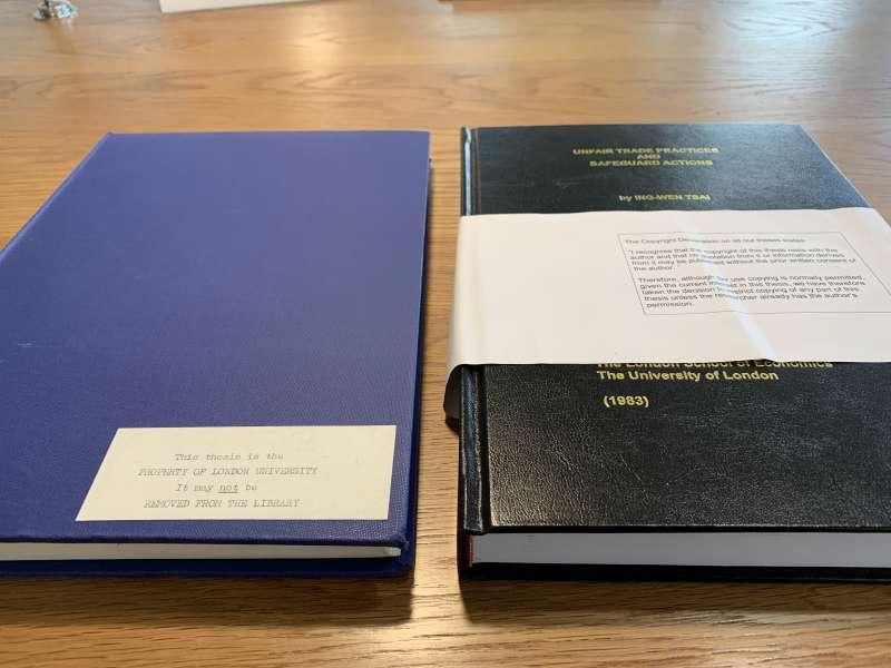 倫敦政經學院(LSE)收藏蔡總統2019年新裝訂博士論文(右方黑色者)(林環牆調查報告)
