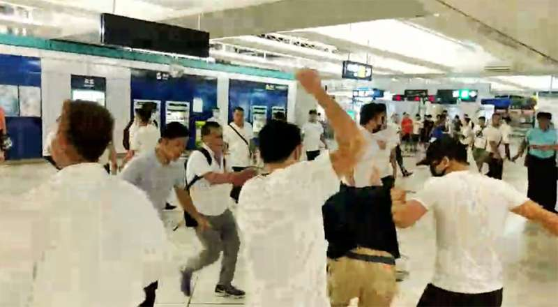 七二一元朗白衣人襲擊記者的直播畫面,共有16萬人實時在線目睹。(翻攝自香港立場新聞網站)