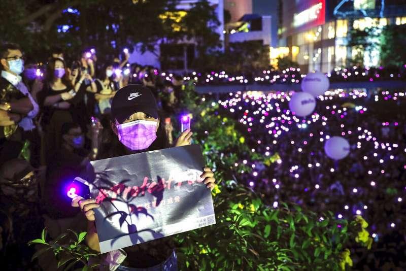 超過3萬人28日晚間上街指控香港警察的性暴力,參與者大多戴上紫絲帶、並以唇膏在手臂上寫下「#ProtestToo」。(美聯社)