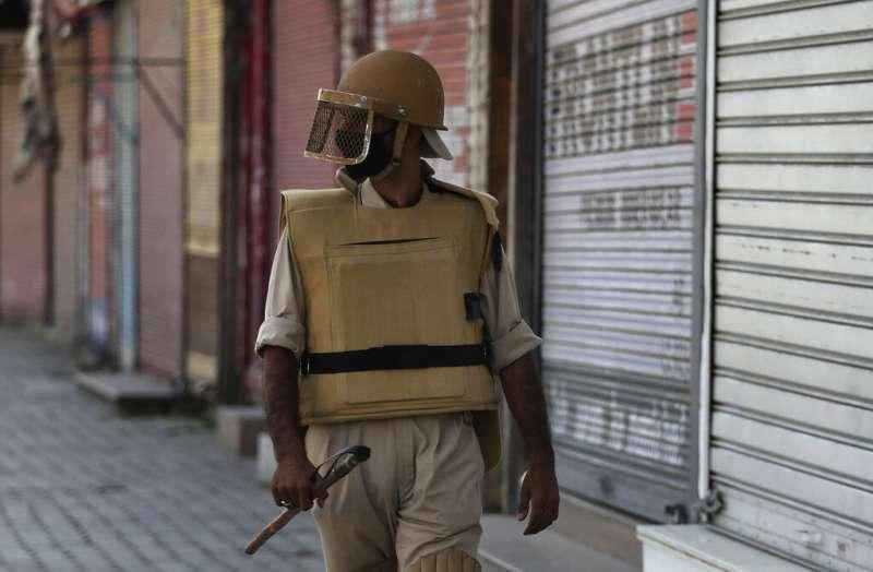 2019年8月,印屬喀什米爾情勢緊繃,印度軍人巡邏有如空城的街頭(AP)