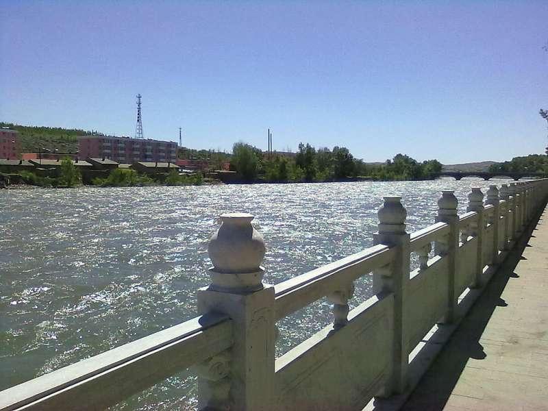 阿勒泰額爾齊斯河岸。(KING-FISH① - panoramio@維基百科)