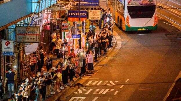 香港市民組成人鏈,仿效「波羅的海之路」組成「香港之路」。(BBC中文網)