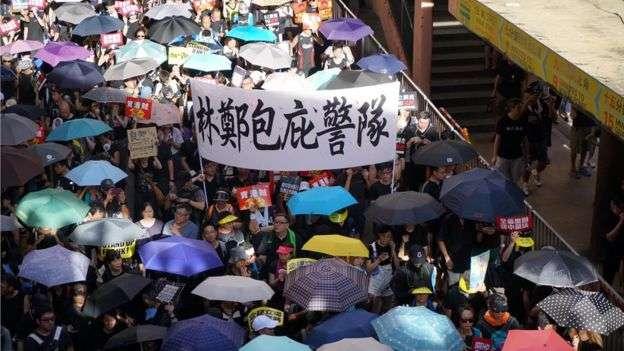 香港警察處理示威時被指濫力暴力。(BBC中文網)