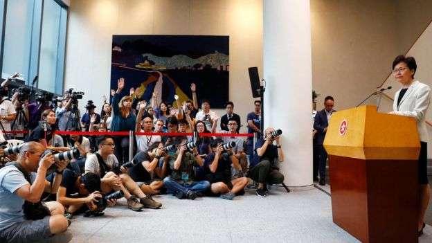 林鄭月娥堅持拒絶正式撤回《逃犯條例》修訂,也拒絶成立獨立委員會調查事件。(BBC中文網)