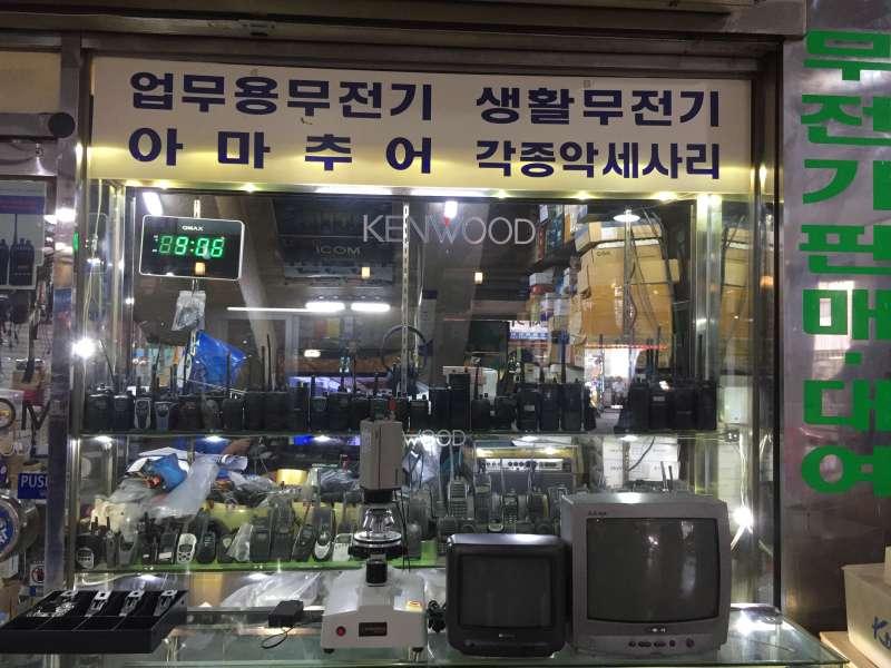 首爾世運商街販賣舊時電子產品的商家。(鍾巧庭攝)