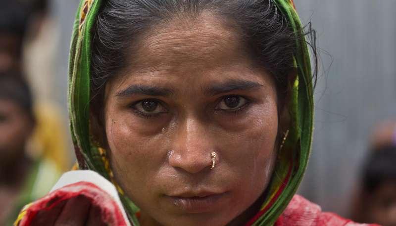 32歲的妮莎(Halimun Nessa)流著眼淚說,丈夫阿里(Rahim Ali)擔心孩子失去公民身分,於是選擇自殺(美聯社)
