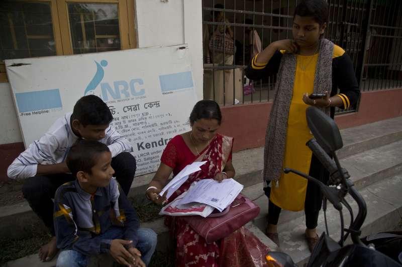 8月30日,一個阿薩姆家庭在國家公民登記名冊中心外面確認文件(美聯社)