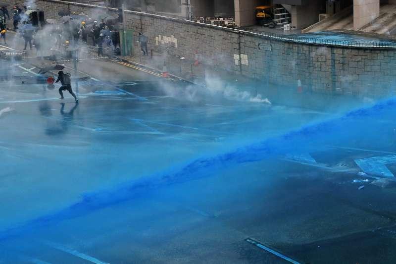 2019年8月31日,香港反送中示威,警方以水炮車噴灑藍色液體(AP)