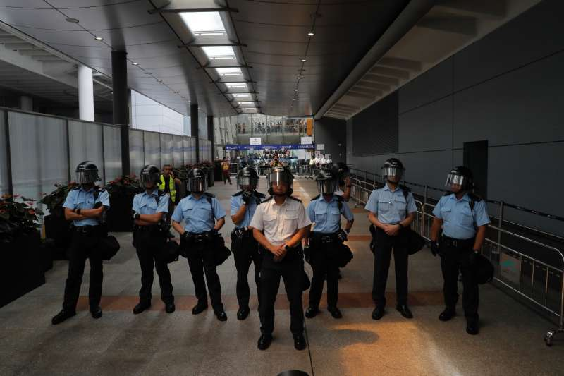 2019年9月1日,香港「反送中」示威者包圍香港國際機場,湧入巴士總站,警方嚴陣以待。(AP)