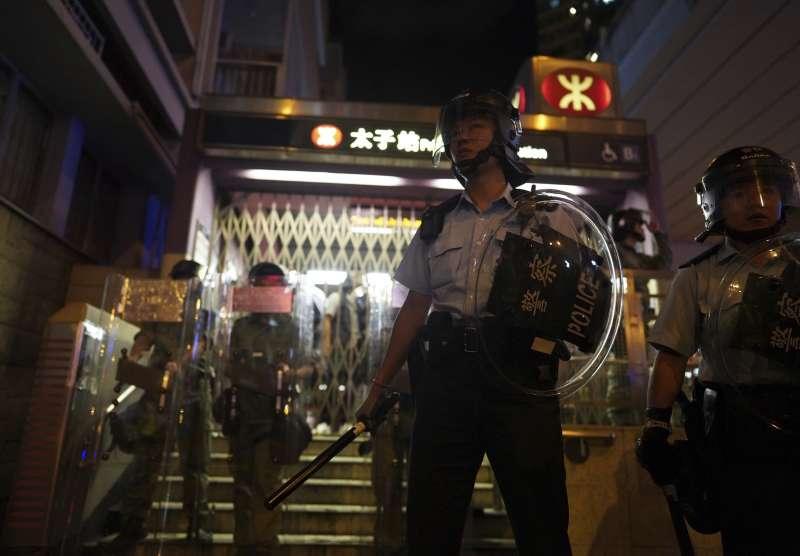 2019年8月31日,香港警方駐守在遭封閉的地鐵太子站前。(AP)