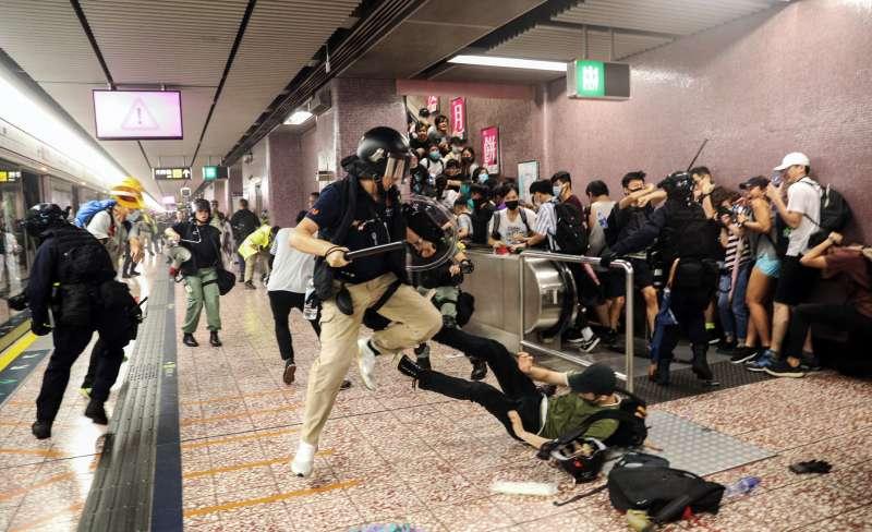 2019年8月31日,香港警方進入地鐵太子站內追捕示威者,多人因此濺血。(AP)