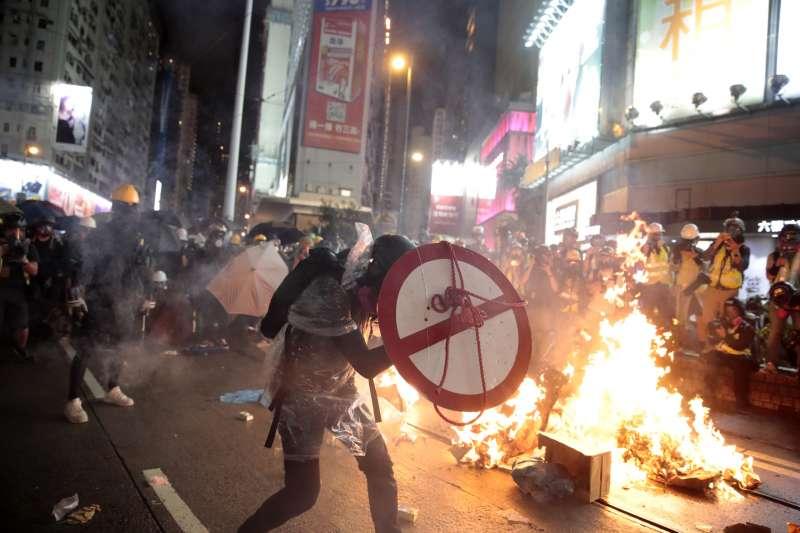 2019年8月31日晚間,反送中示威在灣仔香港警察總部前焚燒雜物,現場火光熊熊。(AP)