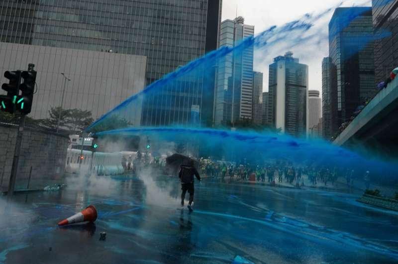 2019年8月31日,香港警方出動水炮車,對反送中示威者噴灑藍色液體。(AP)