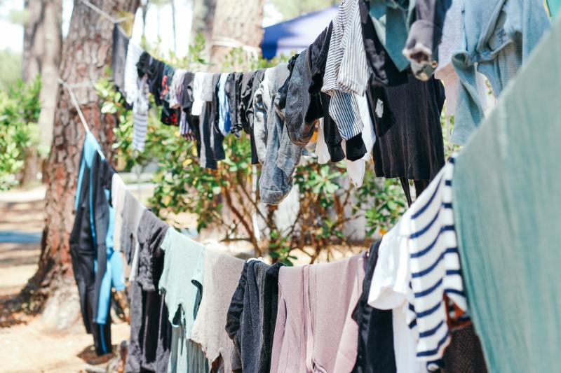 衣服是最容易囤積的東西。(圖/Unsplash)