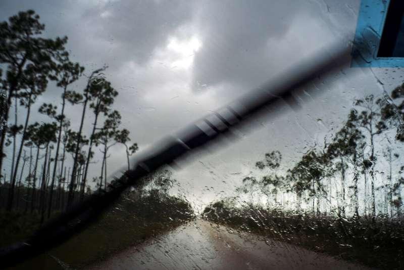 巴哈馬當地媒體傳出已有多個社區遭洪水滅頂。(美聯社)