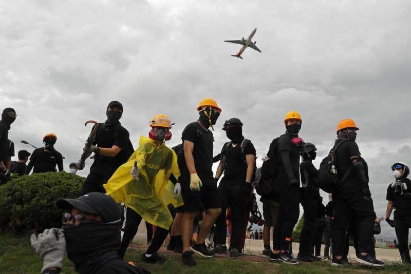 「反送中」的抗爭者1日在香港機場一帶聚集,試圖癱瘓機場對外交通。(美聯社)