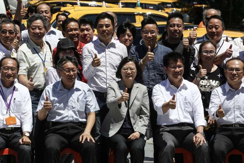 20190902-總統蔡英文出席「計程車產業升級服務2.0記者會」,台北市長柯文哲、交通部長林佳龍陪同出席。(陳品佑攝)