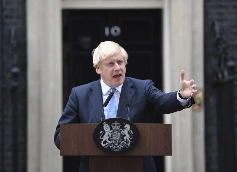 英國首相強森試圖用提前大選的動議,嚇阻同黨議員與反對黨聯手通過延遲脫歐期限的法案。(AP)