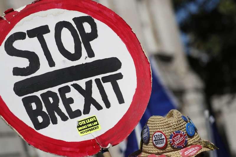 英國脫歐歹戲拖棚,反對脫歐的民眾舉行示威。(AP)