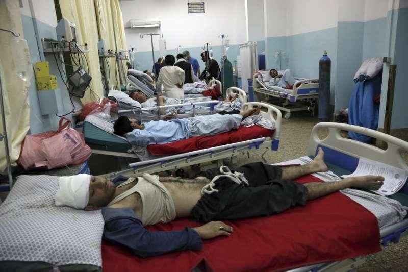 美國2日宣布與恐怖組織「神學士」達成初步和平協議,阿富汗喀布爾又傳汽車炸彈攻擊,至少5人死亡、50人受傷。(AP)