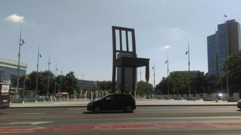 知名地標「三腳椅廣場」,提醒世人戰爭的可怕與和平的可貴。(圖/茱莉亞攝)
