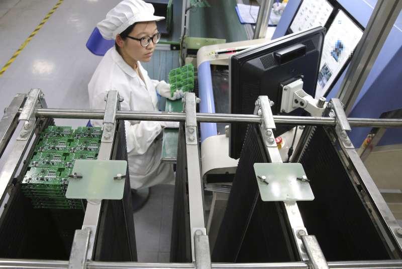 中美貿易戰升溫,美國和中國對彼此進口商品最新一輪加徵關稅在9月1日生效。圖為中國南東一間3C工廠。(AP)