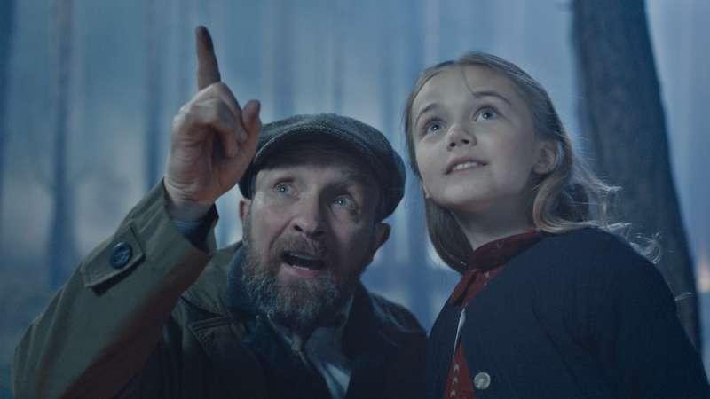 女主角小時候深受父親信念影響,長大後更是為了「被失蹤」的父親踏上抗爭之路(圖/双喜電影提供)