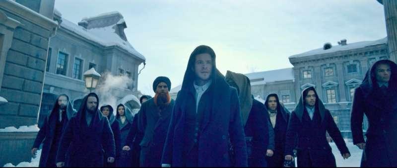 穿著黑衣的抗爭人士走上街頭,對抗整座城市的謊言(圖/双喜電影提供)