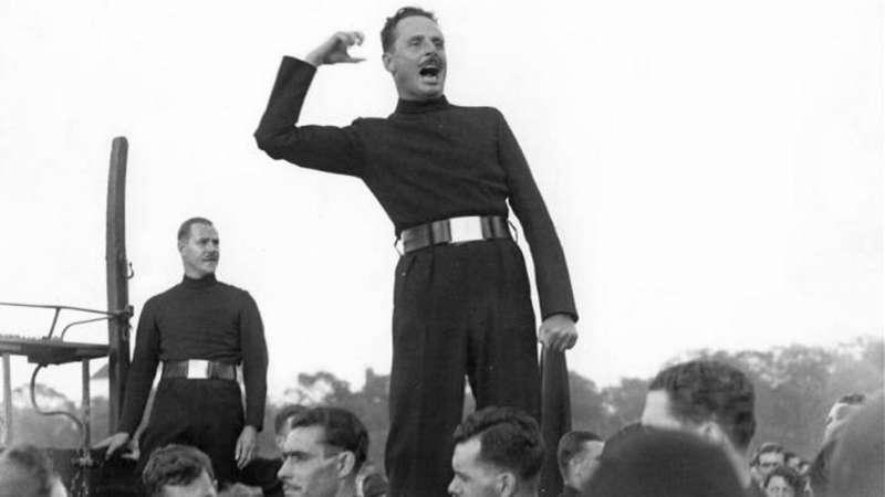1934年,莫斯利在一次公眾集會上慷慨激昂地演講。(圖/取自BBC News中文)