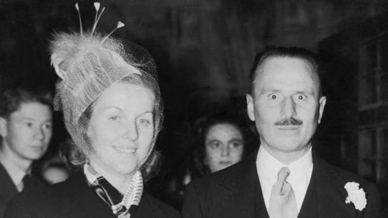 奧斯瓦爾德·莫斯利和第二任妻子戴安娜·密特福德(Diana Mitford),1947年。(圖/取自BBC News中文)