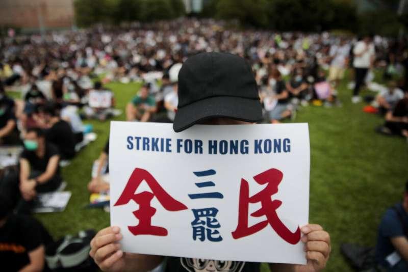 香港「反送中」民眾發起「全民三罷」,也就是「罷工」、「罷課」及「罷市」。(美聯社)