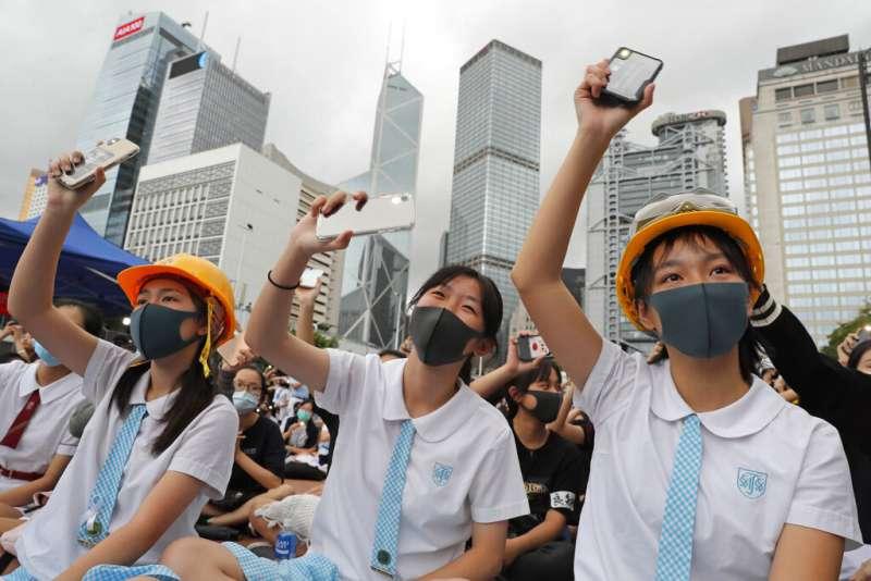 在「全民三罷」的號召之下,越來越多香港學生加入了「反送中」的抗議行列。(美聯社)