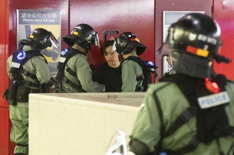 港警在地鐵站施暴,讓香港情勢再趨緊張。(關震海攝)