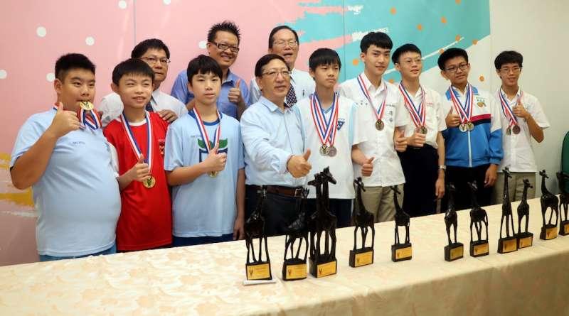 高雄市選手接受高雄市教育局長吳榕峯(前左四)嘉勉表揚。(圖/徐炳文攝)