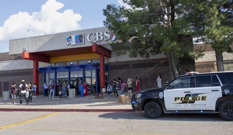 8月31日德州西部奧德薩購物中心發生大規模槍擊案,經通報警方趕至現場調查。(美聯社)