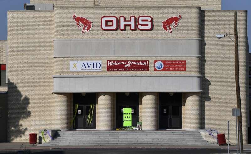 德州西部奧德薩與與密德蘭發生槍擊案,一所中學門口擺設花壇憑弔死者。(美聯社)