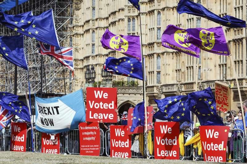 英國國會今日將針對法案表決,意圖阻止「無協議脫歐」。圖為支持脫歐的英國民眾集會。(AP)