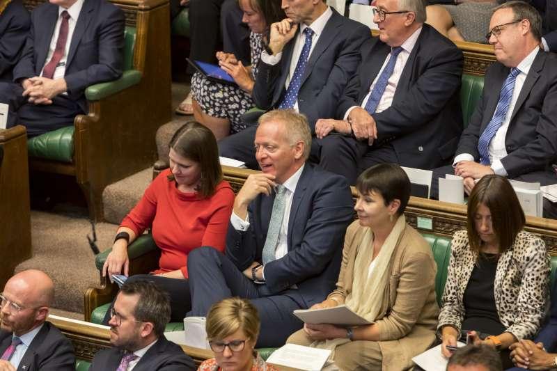 英國國會今日將針對法案表決,意圖阻止「無協議脫歐」。圖為表決前宣布放棄保守黨黨籍的議員菲立普‧李。(AP)