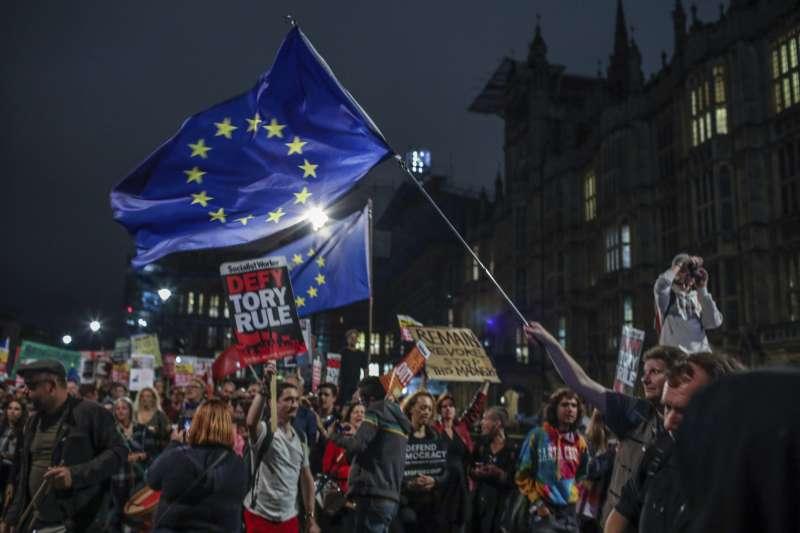 英國國會今日將針對法案表決,意圖阻止「無協議脫歐」。圖為反對脫歐的英國人民集會。(AP)