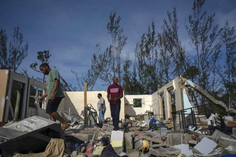颶風過境,災區房屋全毀,民眾無處可居。(AP)