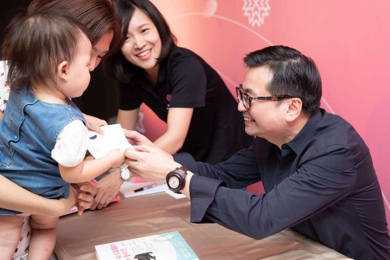 婦幼中心回娘家活動現場,醫師們和媽媽寶寶們活動大合照(圖/禾馨醫療 提供)