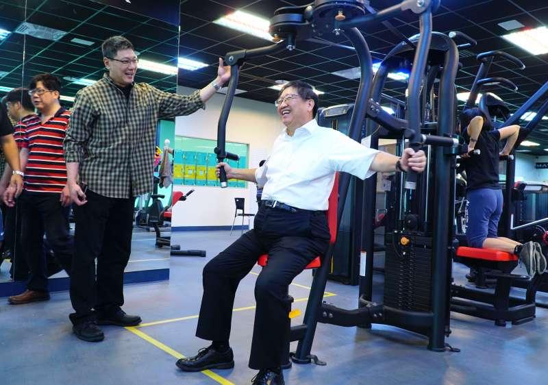 縣長楊文科親自體驗竹北國運中心運動健身器材。(圖/新竹縣政府提供)