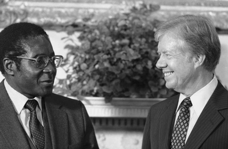 1980年,美國總統卡特(Jimmy Carter)在白宮接見辛巴威總統穆加比。(AP).jpg