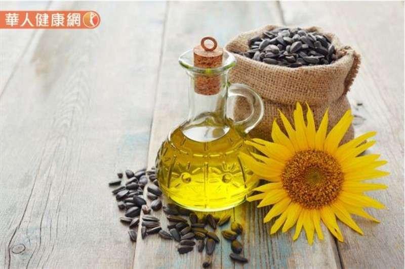 葵花油、玉米油、大豆油、橄欖油、苦茶油等植物油也是獲取維生素E的良好來源。(圖/華人健康網)
