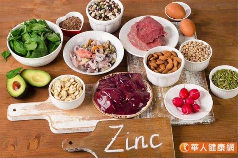 堅果、瘦肉、豬肝及蛤蜊、牡蠣等蚌殼類都是補充礦物質鋅的食物來源。(圖/華人健康網)